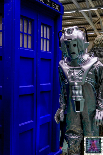 Cyberman next to the TARDIS at Darth Vader with R2-D2 at Screen-Con 2014