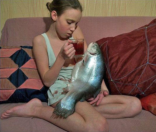 funny-wtf-girl-fish-beer